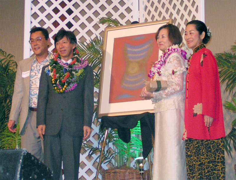 Departing Consul General and Mrs. Masatoshi Muto receive Kolb drawing from Japanese Chamber of Commerce, Honolulu, Hawaii